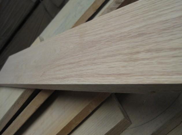 全新皇冠系列选用的进口木材以及整齐的堆放在车间备